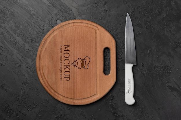 木製のまな板のモックアップにクローズアップ