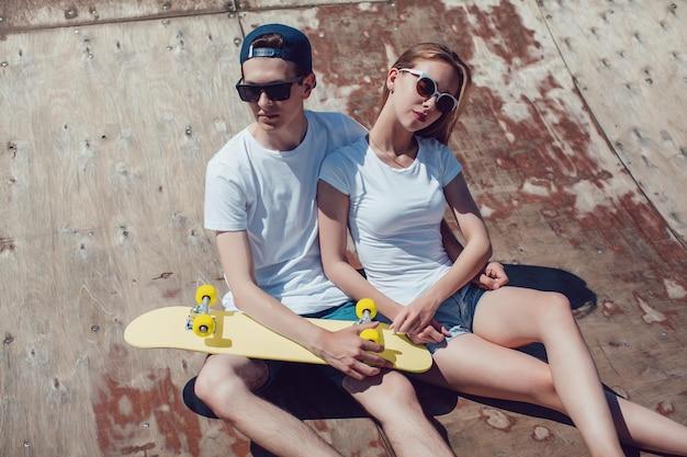 스케이트 보드 모형을 들고 젊은 부부에 가까이