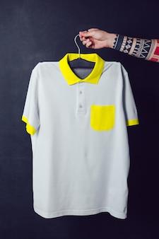 이랑 티셔츠를 들고 젊은 남자에 가까이