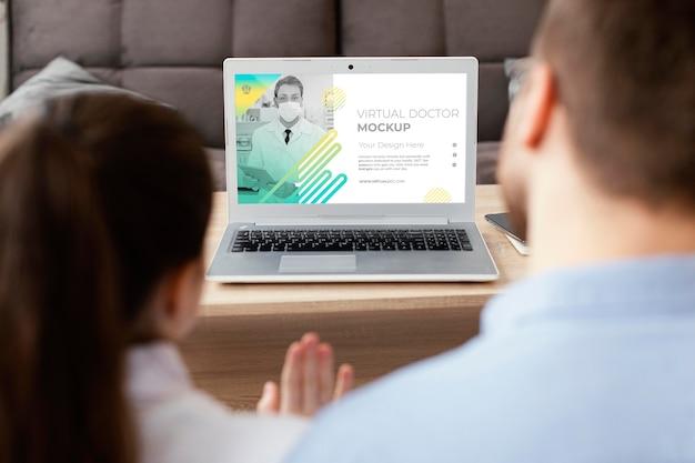 Крупным планом родители и ребенок с ноутбуком
