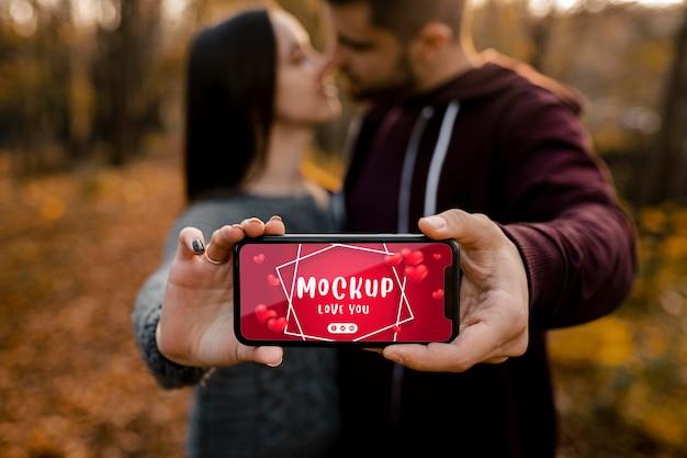 Крупным планом романтическая пара держит телефон