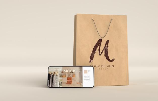 Primo piano sulla borsa della spesa con mockup di dispositivi digitali