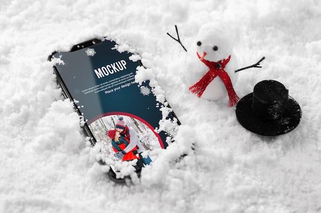 雪の中でスマートフォンを閉じる