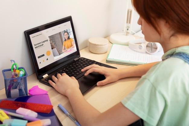 Primo piano dell'apprendimento degli studenti con il laptop