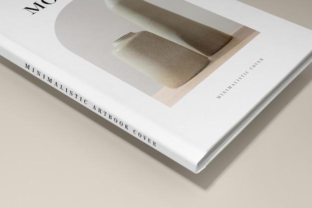 Primo piano sul mockup dell'artbook in studio