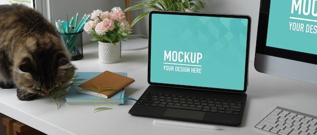 デジタルタブレットのモックアップで作業台に猫のクローズアップビュー