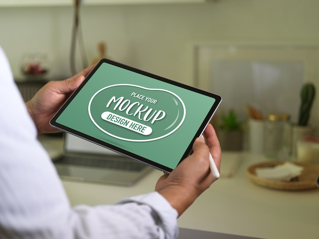Крупным планом вид бизнесмена, держащего макет цифрового планшета и стилуса