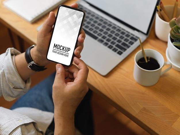 スマートフォンのモックアップを使用して女性のクローズアップビュー