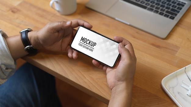 스마트 폰 모형을 사용하여 여성의 뷰를 닫습니다.