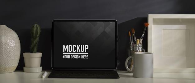 Крупным планом вид домашнего офиса с макетом ноутбука