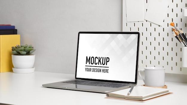ノートパソコンのモックアップでホームオフィスデスクのクローズアップビュー