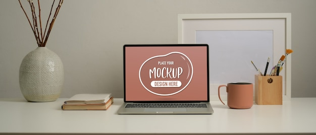 Крупным планом вид домашнего офиса стол с макетом ноутбука