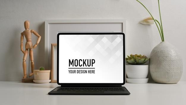 キーボード付きタブレットモックアップでホームオフィスデスクのクローズアップビュー