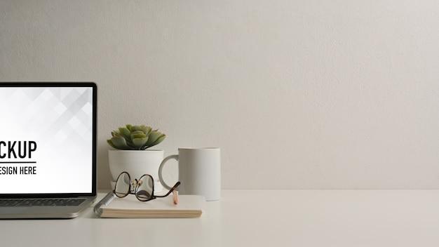 Крупным планом вид домашнего офиса с макетом планшета с клавиатурой