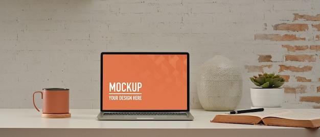 ノートパソコンのモックアップでホームオフィスの部屋のクローズアップビュー