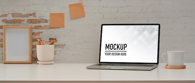 노트북 모형과 함께 홈 오피스 룸의 뷰를 닫습니다
