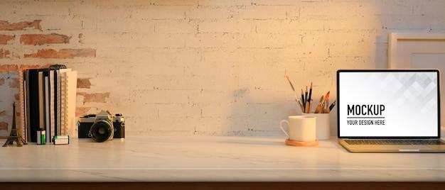 Крупным планом вид комнаты домашнего офиса с макетом ноутбука