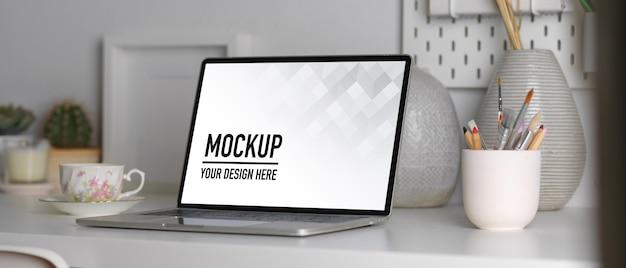 ノートパソコンのモックアップ、文房具、装飾のクローズアップ