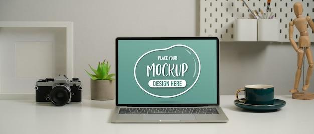 Крупным планом вид макета ноутбука на рабочем столе с камерой