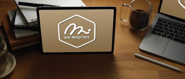 ノートパソコン、書籍、消耗品のモックアップと木製のテーブルにタブレットのモックアップのクローズアップ表示