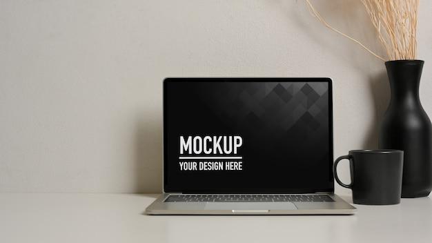 Крупным планом вид макета ноутбука с вазой