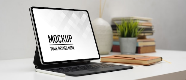 花瓶とモックアップノートパソコンのクローズアップビュー