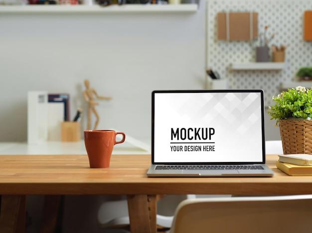 ノートパソコンのモックアップでオフィスデスクのクローズアップビュー