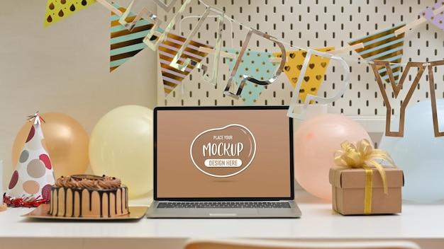 誕生日の装飾とテーブルのクローズアップビュー
