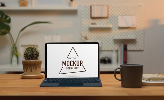 ノートパソコンのモックアップと作業机のクローズアップ表示