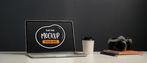 Крупным планом вид рабочего места с макетом ноутбука