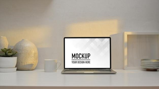 ノートパソコンのモックアップでホームオフィスルームのワークスペースのクローズアップビュー