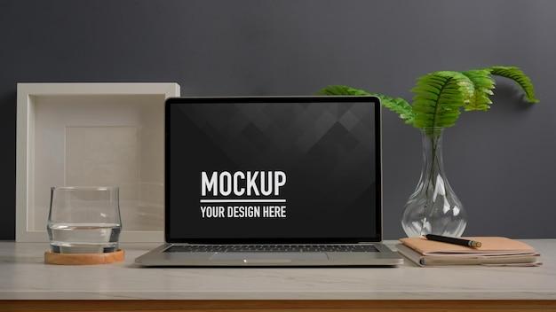 ノートパソコンのモックアップとホームオフィスデスクでワークスペースのクローズアップビュー