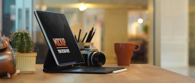 Крупным планом вид рабочего места с макетом ноутбука и вазами в комнате домашнего офиса