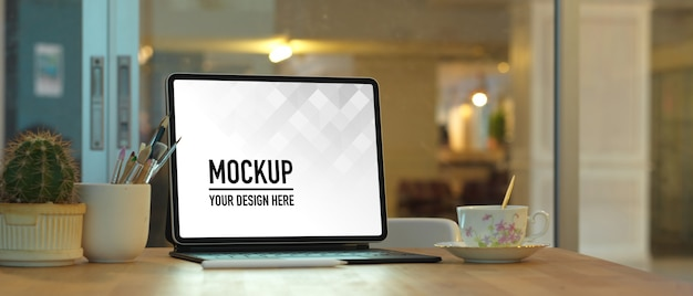 ホームオフィスルームのラップトップモックアップと花瓶でワークスペースのクローズアップビュー