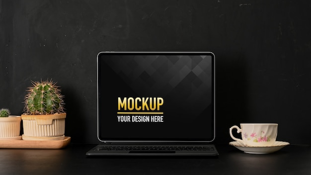 Крупным планом вид рабочего места с макетом ноутбука, кофейной кружкой и принадлежностями