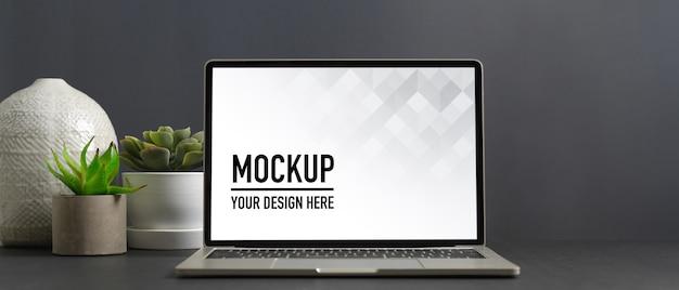 ホームオフィスルームのラップトップモックアップでワークスペースのクローズアップビュー