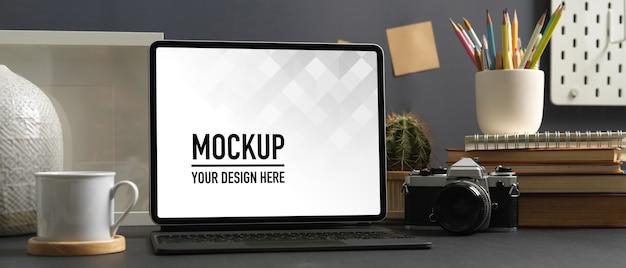 Крупным планом вид рабочего пространства с макетом ноутбука в комнате домашнего офиса