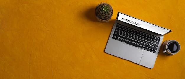 Крупным планом вид рабочего места с макетом ноутбука в домашнем офисе