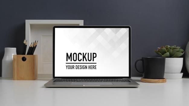 ノートパソコンのモックアップでワークスペースのクローズアップビュー