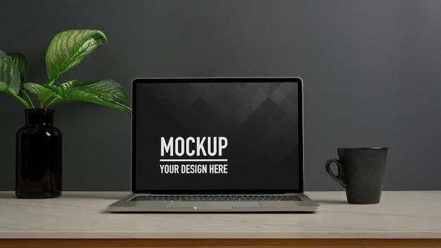 Крупным планом вид рабочего пространства с макетом ноутбука