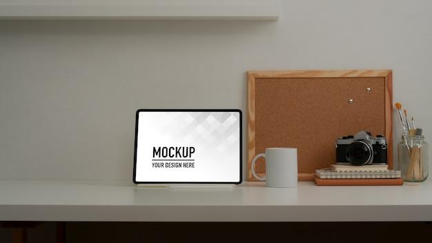 Крупным планом вид рабочего пространства с макетом планшета и канцелярских принадлежностей