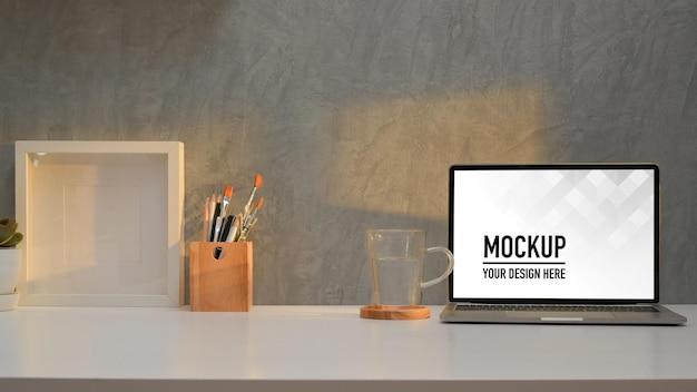 ノートパソコンのモックアップで作業台とホームオフィスの部屋のクローズアップビュー