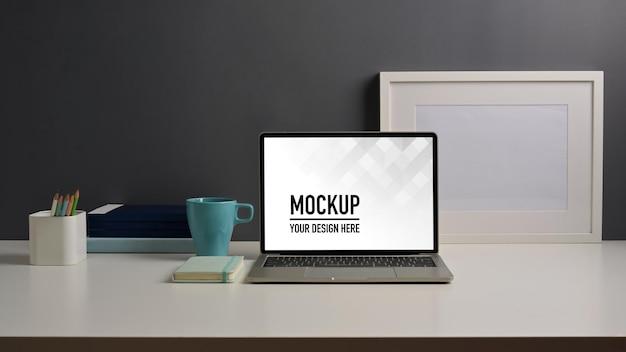 ノートパソコンのモックアップで作業台のクローズアップビュー