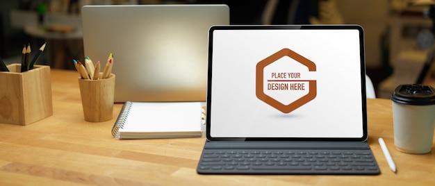 ノートパソコンの画面で作業テーブルのクローズアップ表示
