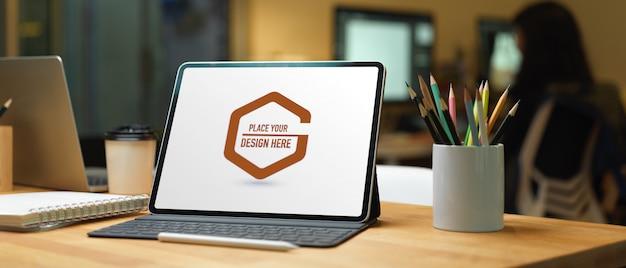 Крупным планом вид рабочего стола с экраном ноутбука