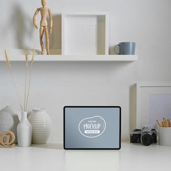 디지털 태블릿, 카메라, 장식 및 복사 공간을 모의로 작업 테이블보기 닫기