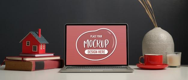 モックアップラップトップで作業テーブルのクローズアップ表示