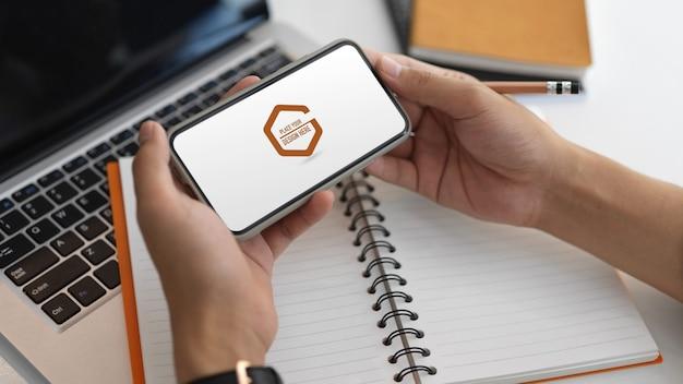 Крупным планом вид на руках смартфон с макетом экрана
