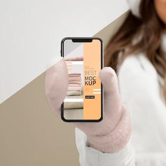 Крупным планом женщина держит макет телефона