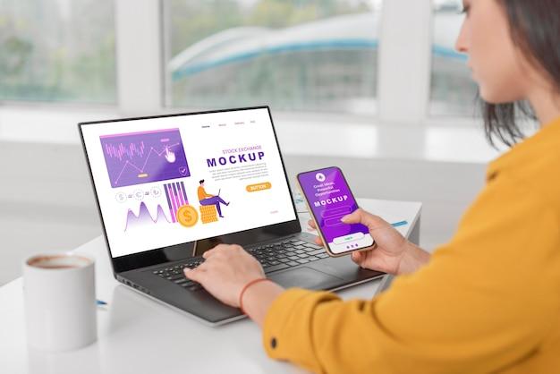 Крупным планом женщина с ноутбуком и телефоном